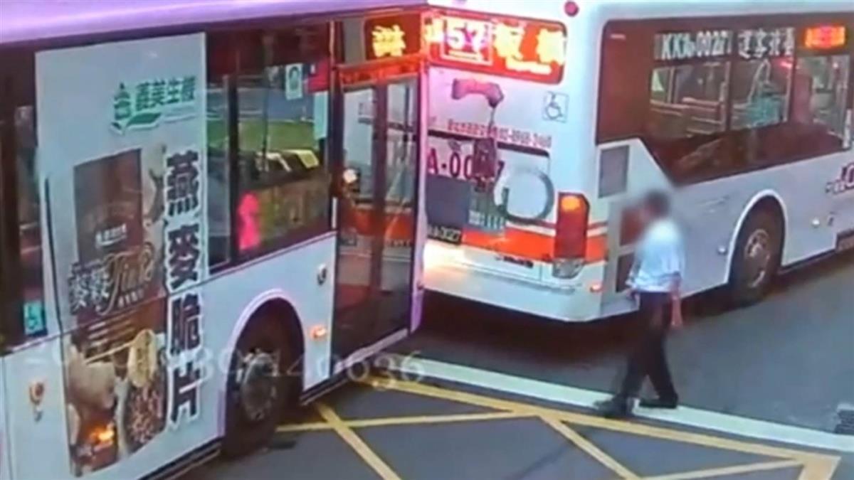 新北2公車追撞!後車後照鏡插進前車屁股 路人全看傻
