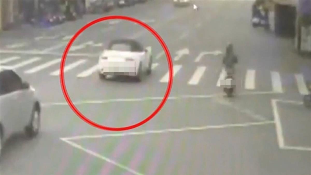 23歲男開爸百萬跑車 酒駕自撞路旁6輛機車