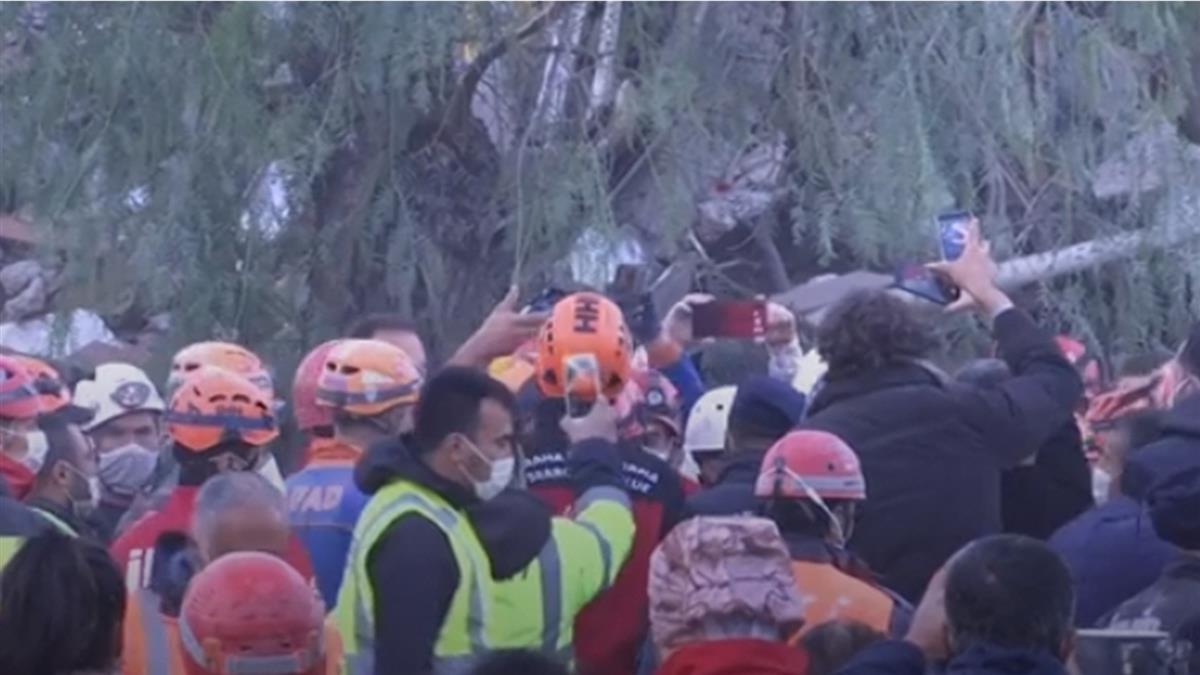 愛琴海強震81死 3歲女童受困65小時奇蹟獲救