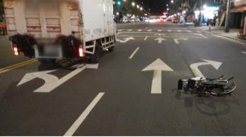 輪椅男跨雙黃線穿越馬路 遭貨車迎面撞飛亡