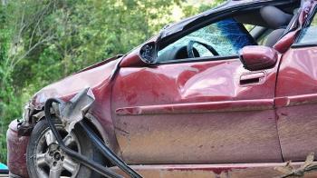 駕照考4次才過!19歲少女首次上路就撞樹 3友當場慘死