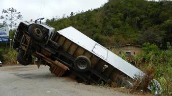 台中砂石車工地作業不慎滑落邊坡 駕駛送醫不治