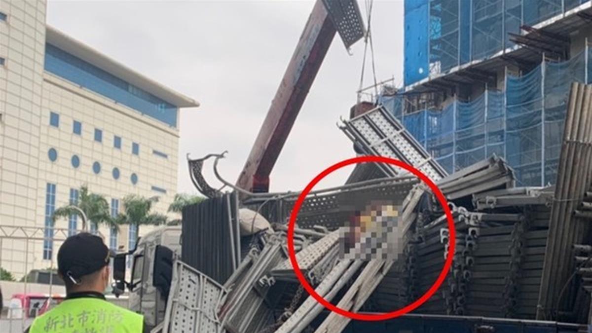 新北大量鷹架20層樓高墜落!砸死1樓施工工人