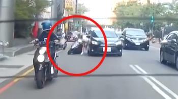 獨/騎車分神!女騎士撞路邊機車 失控再撞汽車