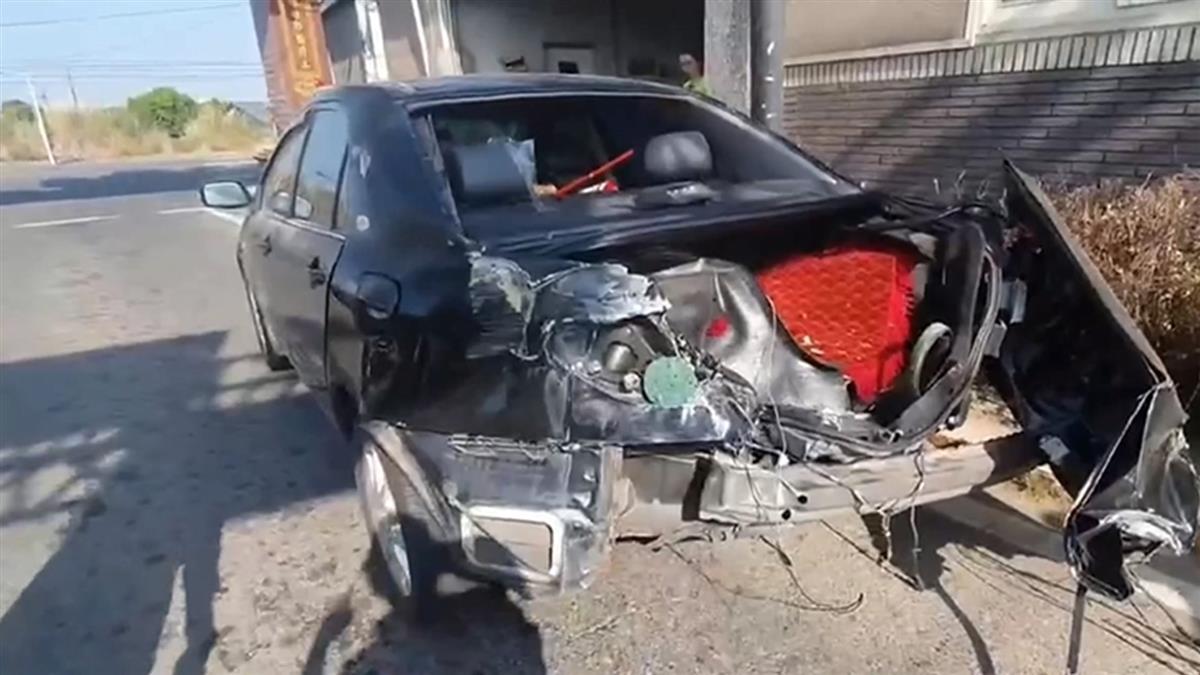 轎車闖平交道遭自強號撞爛車尾 女駕駛棄車逃命