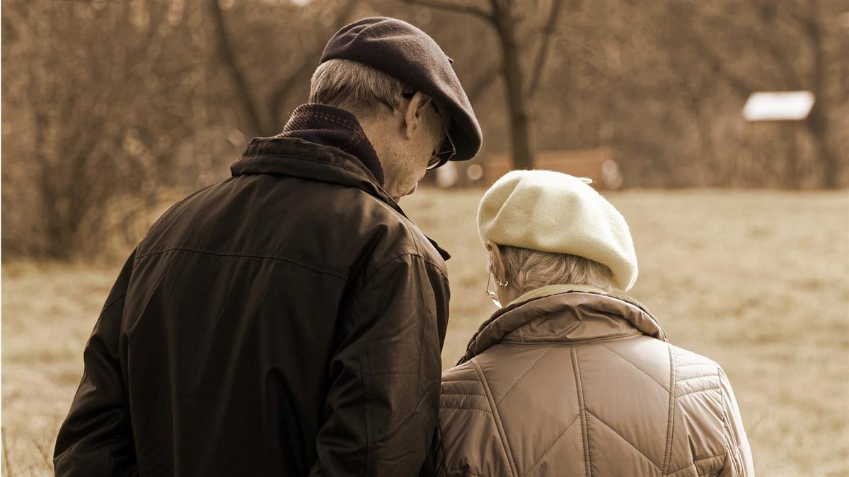 婆婆爸爸都過世!公公每天問媽媽「要不要在一起」媳婦傻眼