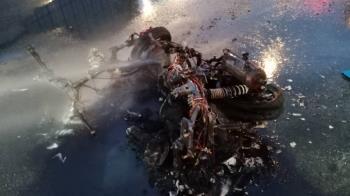 快訊/西門町車禍!轎車擦撞騎士逃逸 機車狂燒剩骨架
