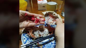 螃蟹肚裡藏紅色塑膠!她差點當蟹膏吞下肚 網揪疑點:放進去的?
