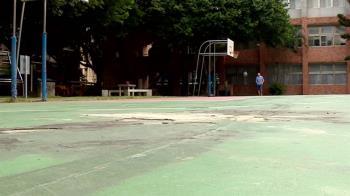 獨/籃球場裂痕像「龜殼」!周邊跑道破損 民憂運動恐摔倒