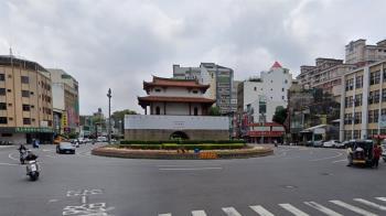 台南東門機車碰撞超跑小牛!目擊者嚇呆:賠死了