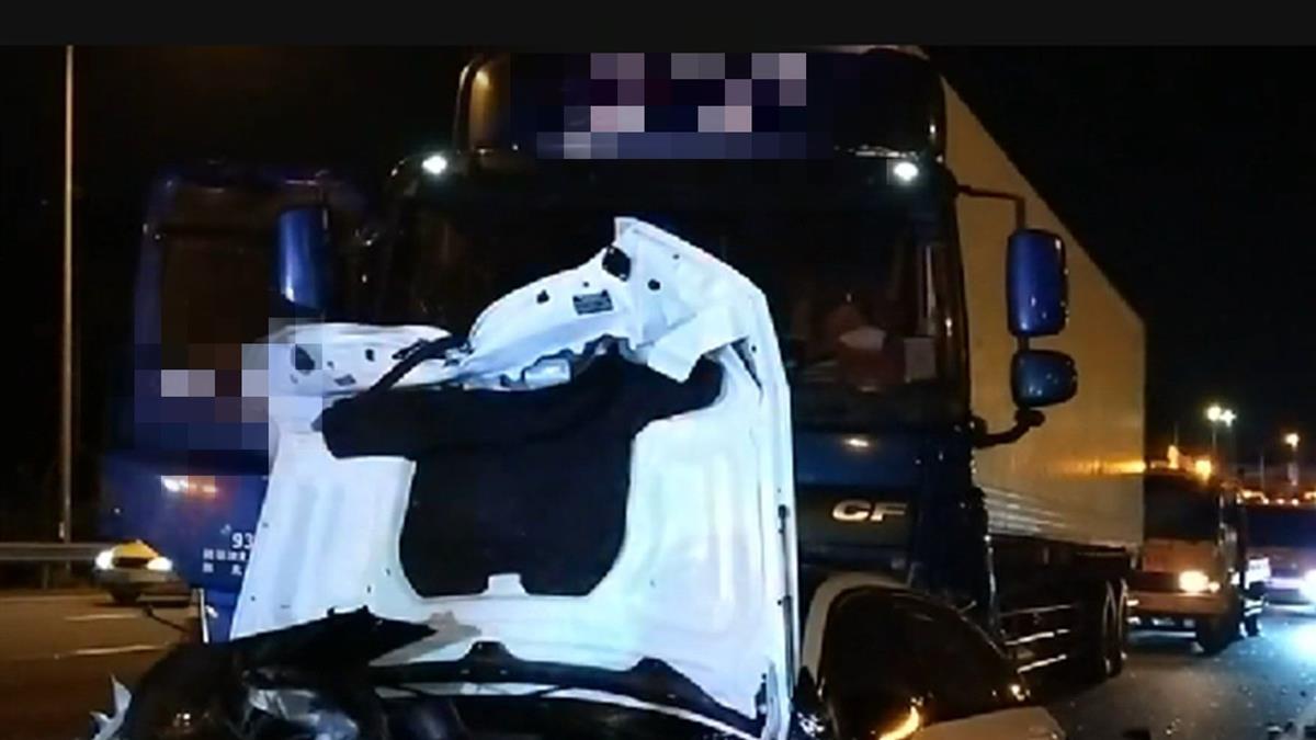 快訊/國道連環撞!聯結車追撞2車成廢鐵 女遭撞飛急送醫