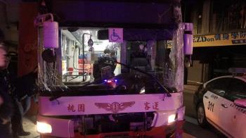 19歲屁孩深夜偷公車!上路沿途直直撞 警破窗逮人