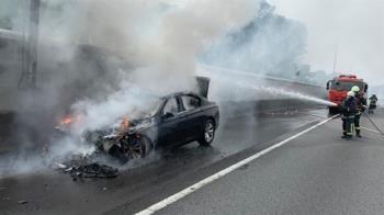 快訊/國道一號148K火燒車!超濃黑煙狂竄 消防員急衝現場