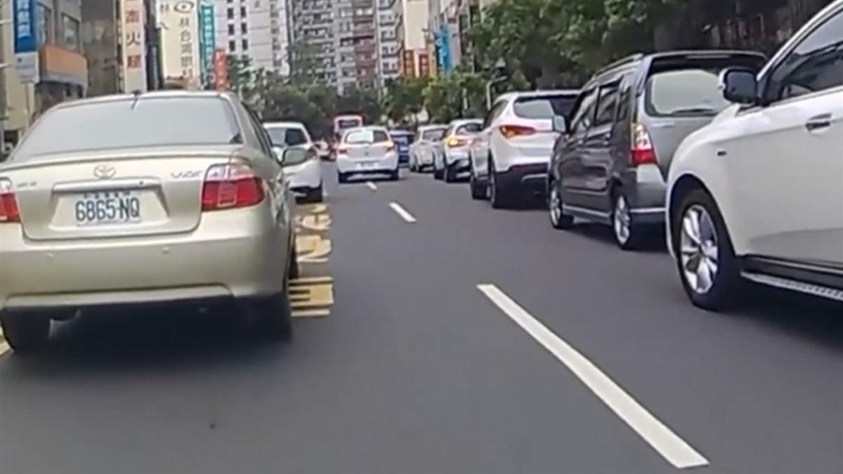 獨 / 800米路15併排車!台南騎士遭逼騎快車道 網 :免費停車?