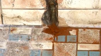 獨/花錢受氣!水電工抓漏不成 反鑿洞漏水、損鄰管