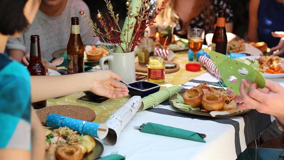 朋友聚餐女友點海陸拼盤「大家一起吃」 結帳秒變臉:有吃就付錢