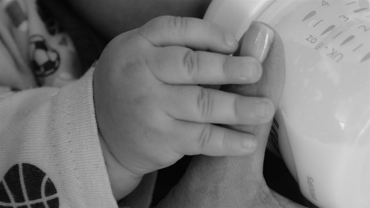 太誇張!夫妻沒錢買奶粉 每天餵嬰喝1.5公升咖啡