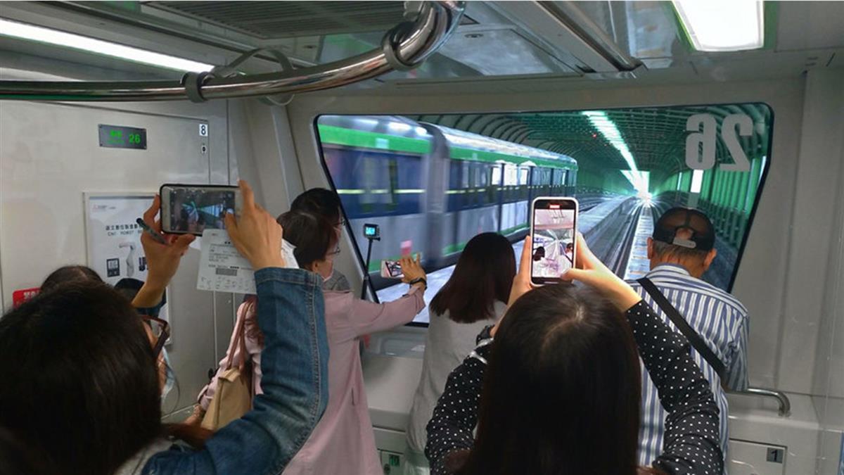 台中捷運綠線試營運首日 吸引逾7萬人次搭乘