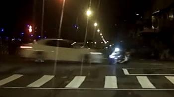 獨/騎車雙載違規左彎!直行車後方狠撞 後座乘客雙腳反折