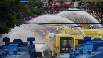泰國反政府示威升級 水柱催淚瓦斯石塊齊發