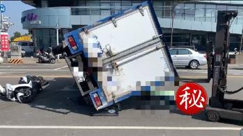 快訊/台中貨車衝撞4機車!側翻重壓1女騎士慘死