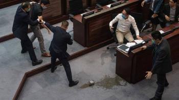 香港立法會「潑臭水」事件:警方抓捕前民主派議員許智峯、陳志全與朱凱廸