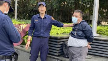 中天新聞台換照爭議 男子拆NCC旗幟噴漆遭警制伏