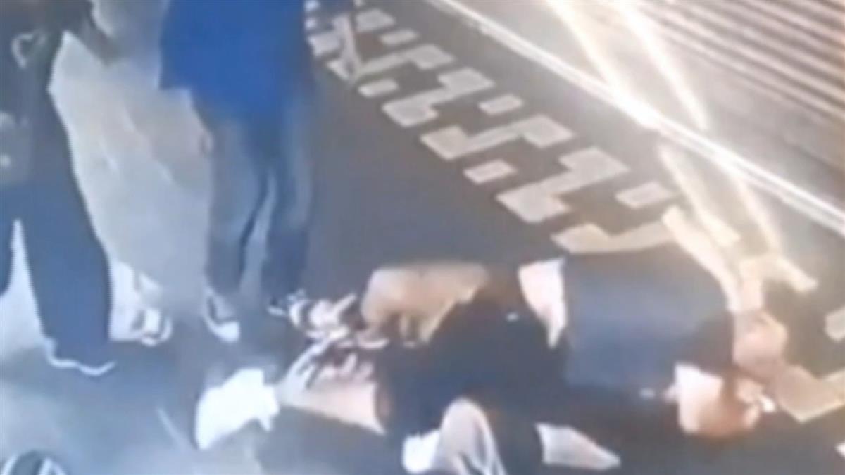 西門町隨機攻擊!25歲惡煞勒脖痛毆男路人 女友嚇壞