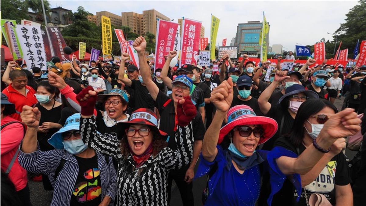 秋鬥遊行出發 訴求反毒豬反雙標反黨國