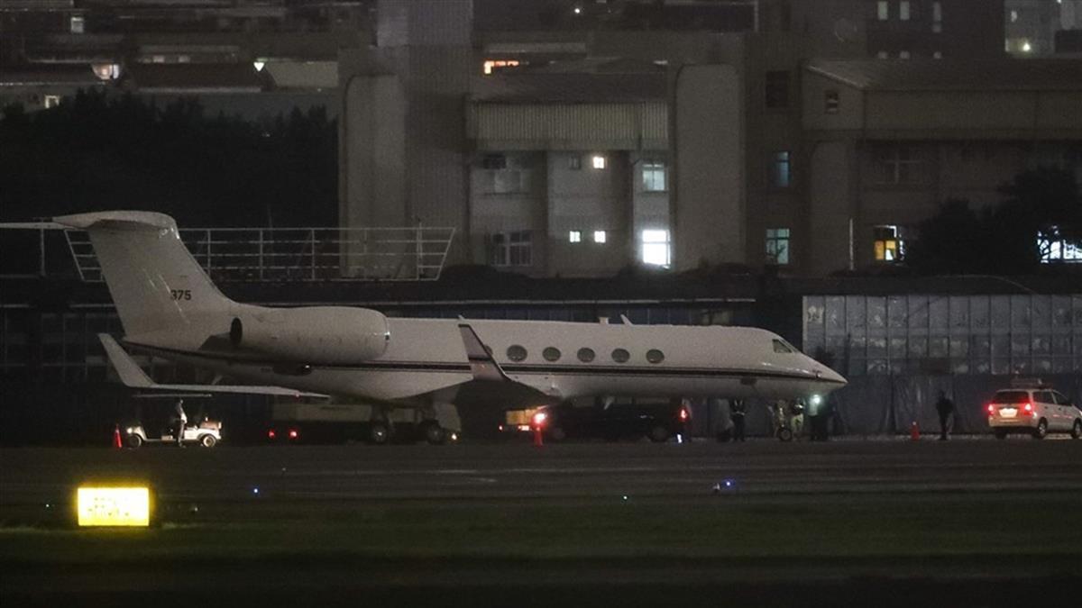 美行政專機抵達松山機場!路透:美海軍少將低調訪台
