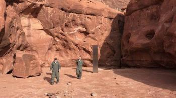 美國沙漠驚見「不明金屬巨碑」 網嚇傻:別碰它