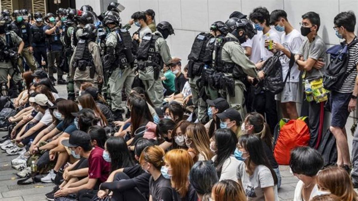 國安法:兩名被整肅的香港教師和校園裏的高壓線
