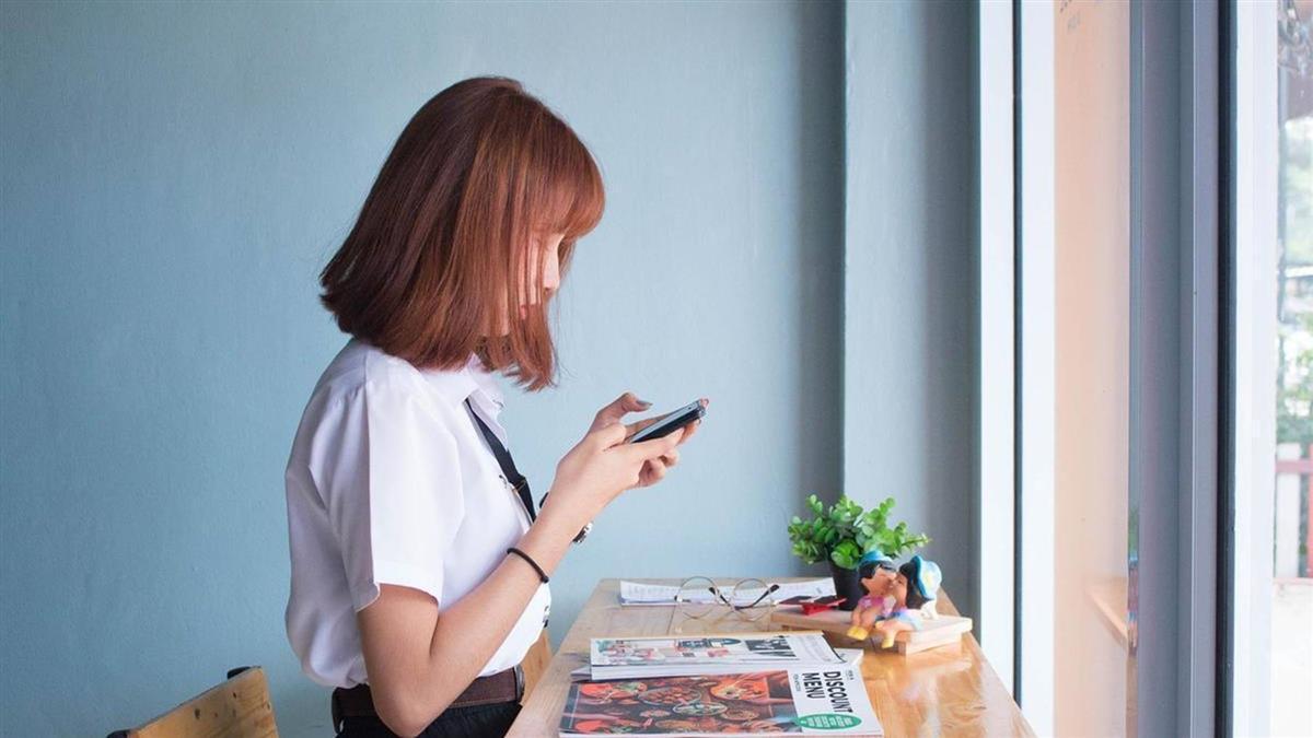 男友藏第2支手機!嫩妹見超崩潰行為 嚇喊:該怎麼開口