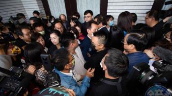 立委進議場一度推擠!護蘇貞昌上台報告 民進黨團搶佔主席台