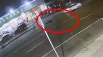 驚悚30秒!男闖馬路遭3車連續輾壓 無人救援慘死