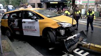 計程車突衝騎樓3傷!狂撞鐵捲門「車殼都掉了」 運將:閃車誤踩油門