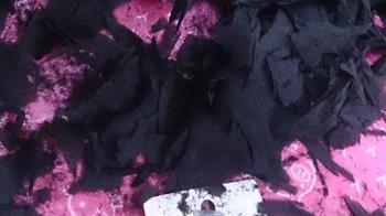 網購衣服搶便宜!她一拆包裹...滿手「黑炭碎片」