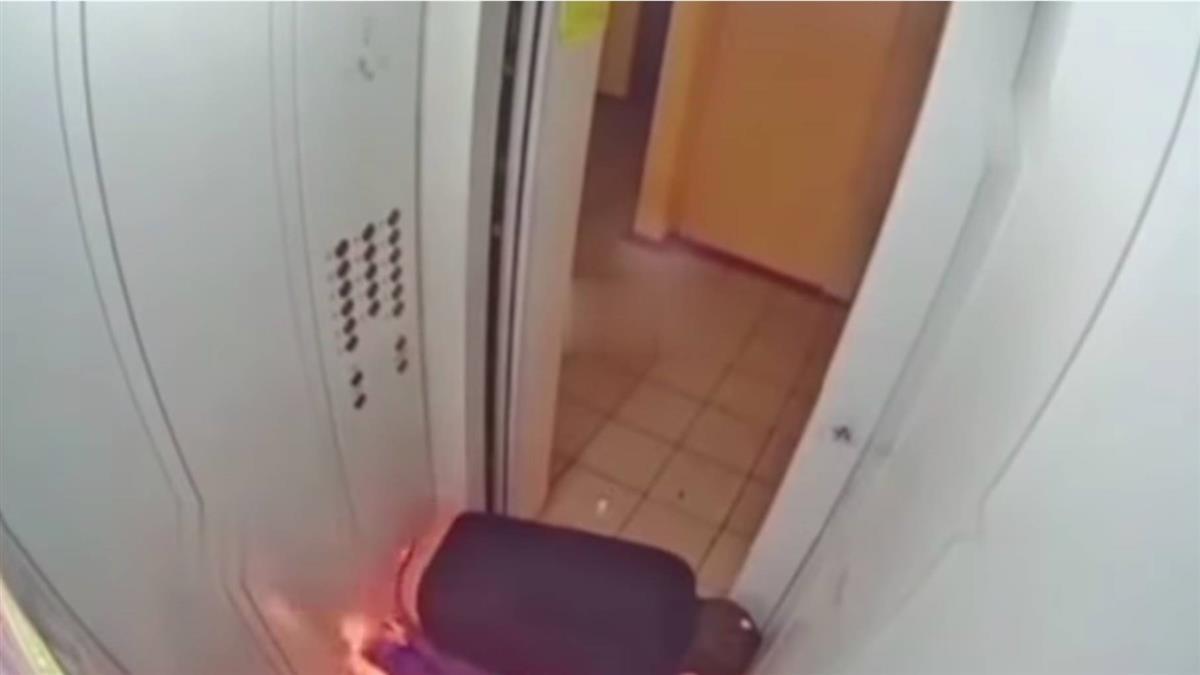 電梯內玩火無處逃 戰鬥民族燒到趴地下跪手焦黑