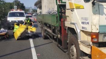 離奇!25歲女國道摔出車門遭大貨車輾 男友揭真正原因