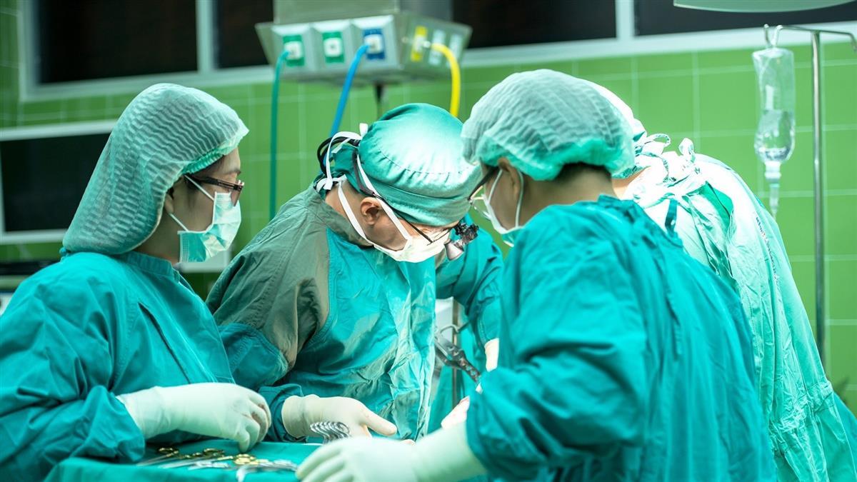開刀血噴進眼睛!護士嚇壞「他有愛滋」 醫崩潰展開24hr自救
