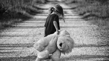 7歲女童子宮長膿疑遭性侵 醫一查驚呆「全家都感染」