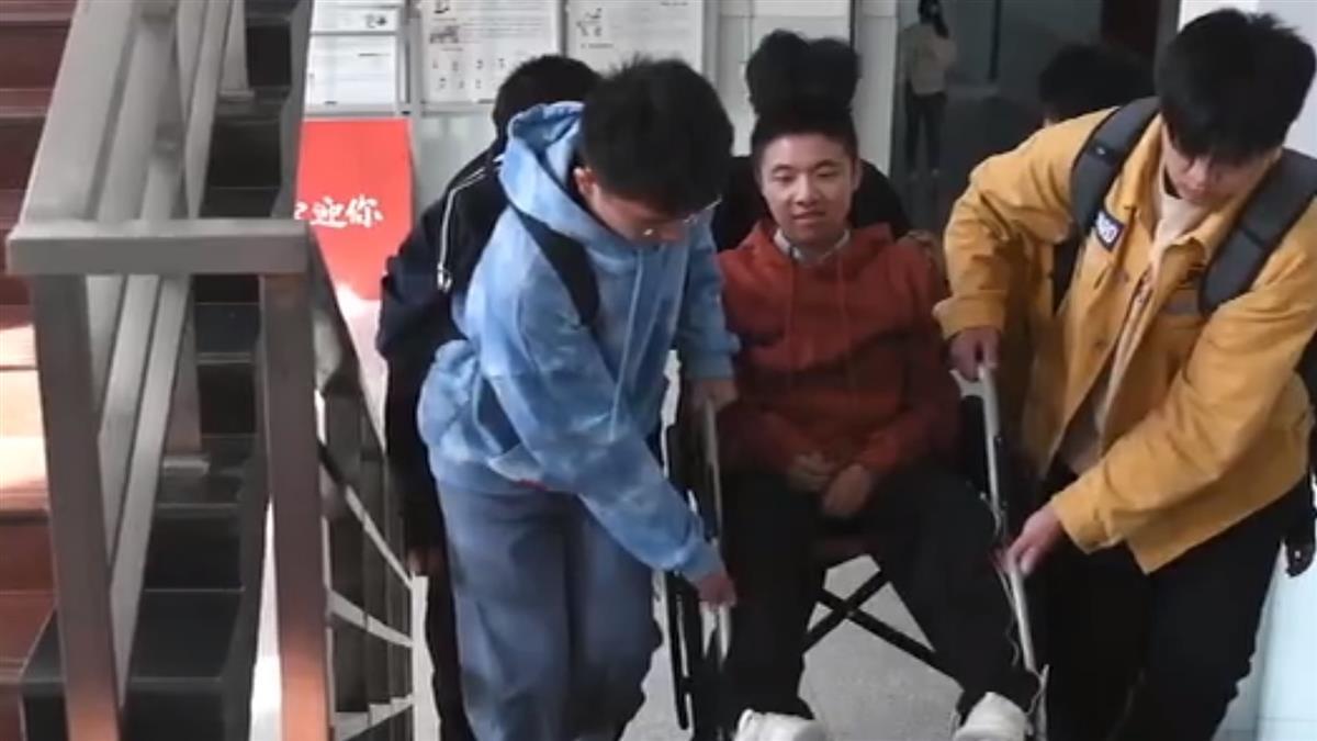 7歲漸凍男孩堅持上學 同學愛心接力10年不離棄