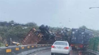 快訊/台62快速道路「貨櫃車失控側翻」 駕駛受困搶救中