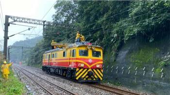 瑞芳猴硐邊坡滑落!電車線狂冒火花 台鐵巴士接駁