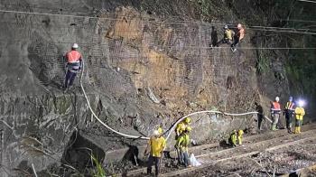 瑞芳、侯硐站間大規模土石滑落 雙線不通預計明回復