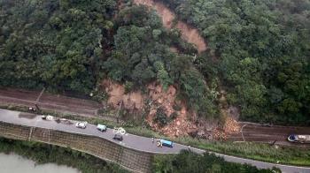 鐵軌遭土石淹沒!台鐵瑞芳猴硐路線斷 修好至少要4天
