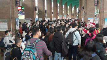 台鐵東部列車路線中斷!宜蘭羅東轉運站湧人潮