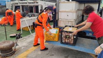 東北風襲!蘭嶼船班停航多日 巡防艇運民生物資救急