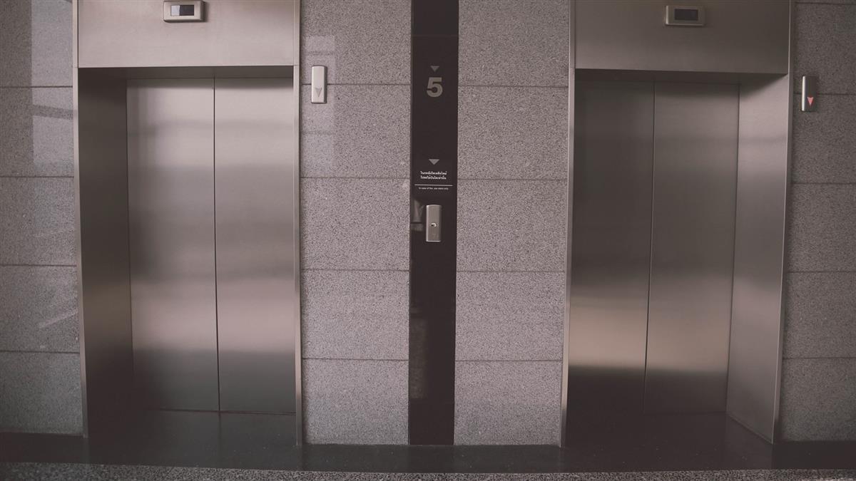 搭電梯到7樓喝喜酒!電梯一開景象毛炸 他秒衝廟裡拜拜
