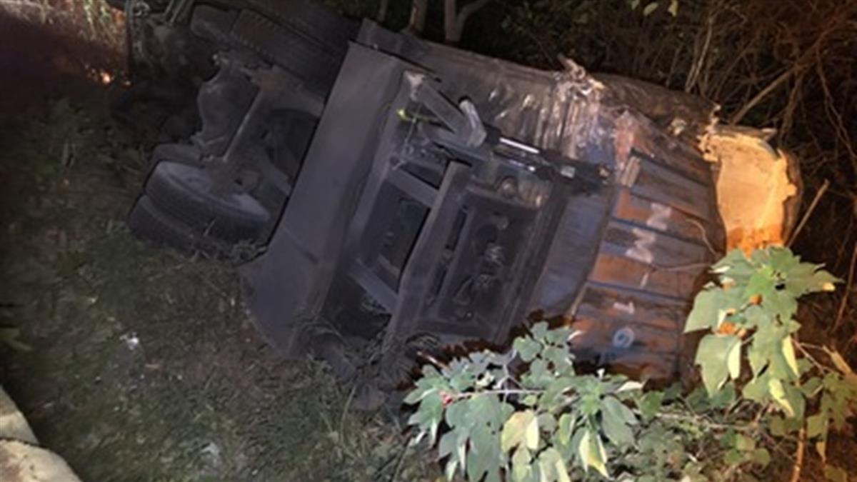 國道苗栗深夜多起車禍 2貨車翻落邊坡釀3傷